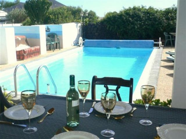 Spacious Lanzarote Rural Retreat. Solar heated Pool, Free WiFi, For 2 persons to relax, Or a Family to enjoy. Guests with late departures stay all day on their last day.