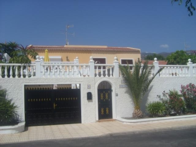 Luxury 6 bedroom, 4 bathroom Villa in Callao Salvaje, Tenerife - Sleeps 12. Street parking, private pool, lots of facilities, close to all amenities.