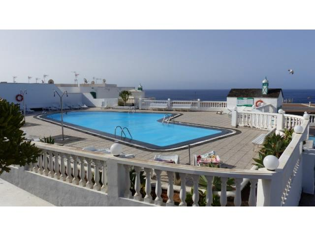 Amazing seaview apartment in a quiet residential complex in Puerto del Carmen. With private swimming pool, tennis court, restaurant/coffee bar inside. Colourful, bright and with a spectacular water view